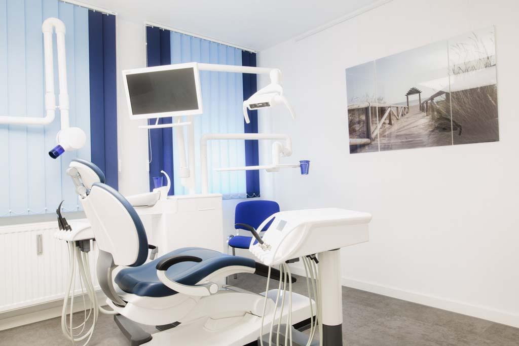 zahnarzt-koenigsbrunn-anselm-behandlungszimmer-praxis