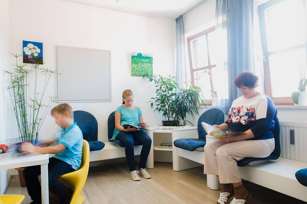 zahnarzt-koenigsbrunn-anselm-wartezimmer-praxis